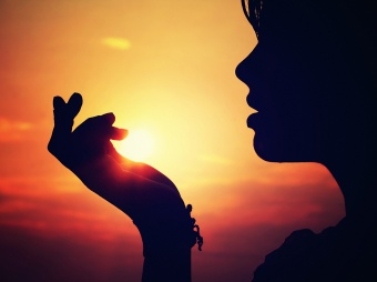girl-sunset-hand-lips-sun